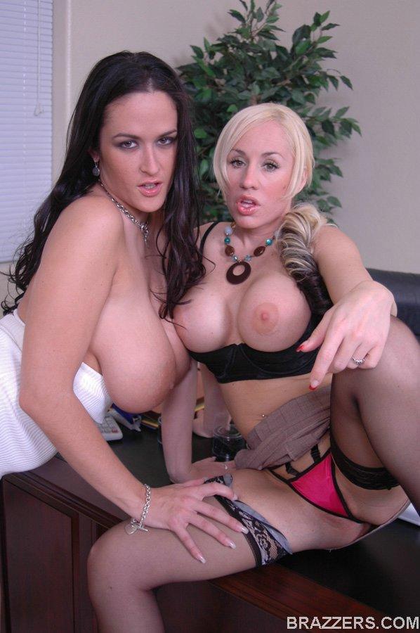 Обнаженные лесбиянки светят кисками в кабинете
