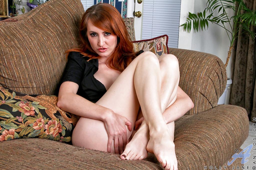 Эва Бергер на диване трогает розовую киску после чтения