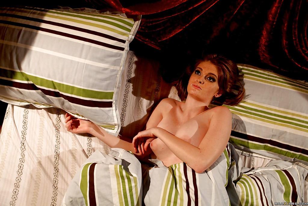 Конопатая шалашовка в кровати занимается вагинальным перепихоном с чуваком