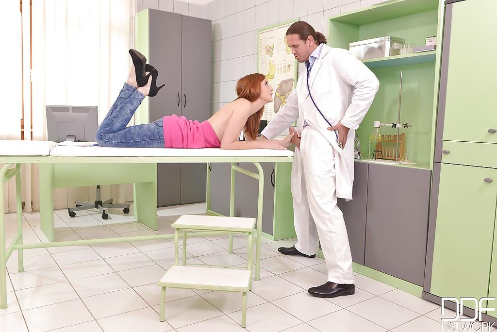 Доктор поимел рыжую пациентку во все дырки у себя в кабинете