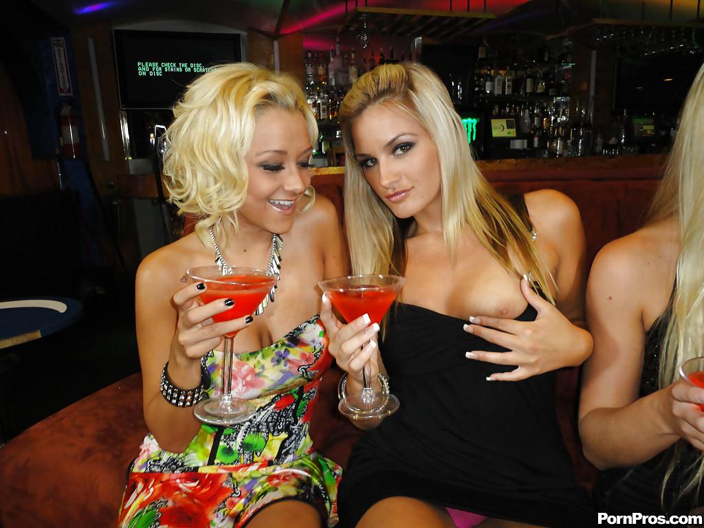 Четыре пьяные подруги устроили развратный девичник в баре