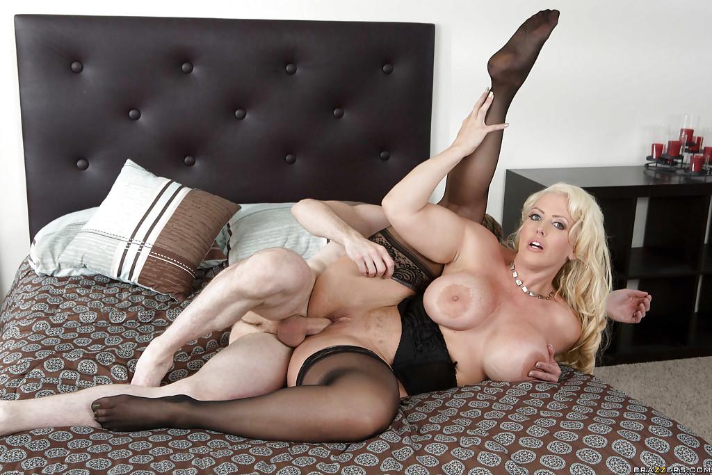Титькастая мамаша в гетрах спаривается с грешником на просторной постели