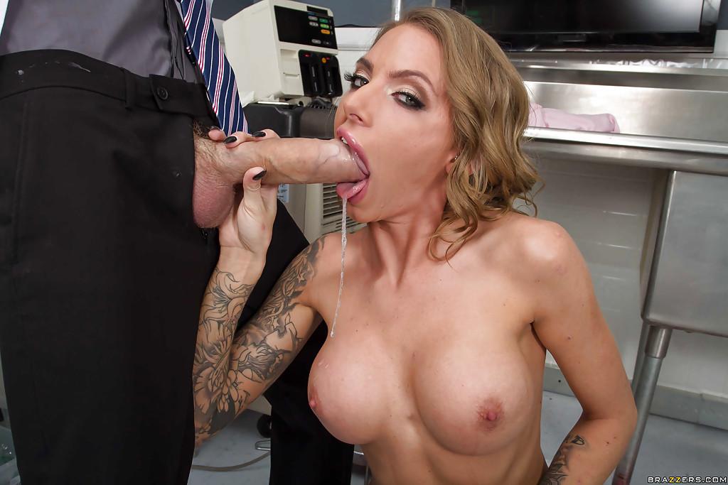 В процедурной медсестра берет в рот гигантским елдак врача