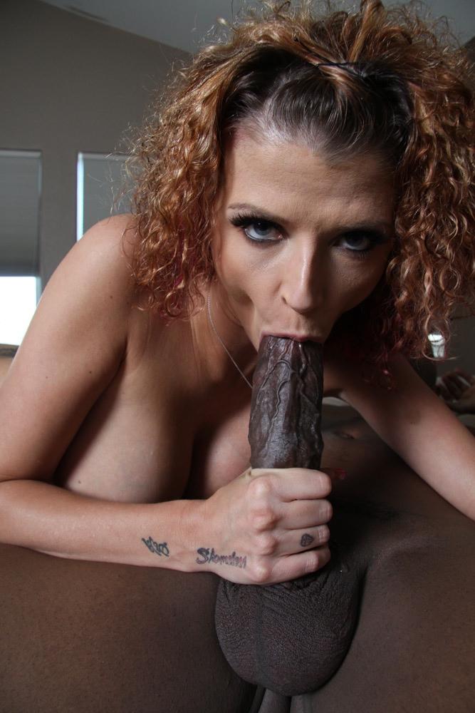 Кучерявая девка с силиконовым бюстом впустила в киску большой кукан негра секс фото