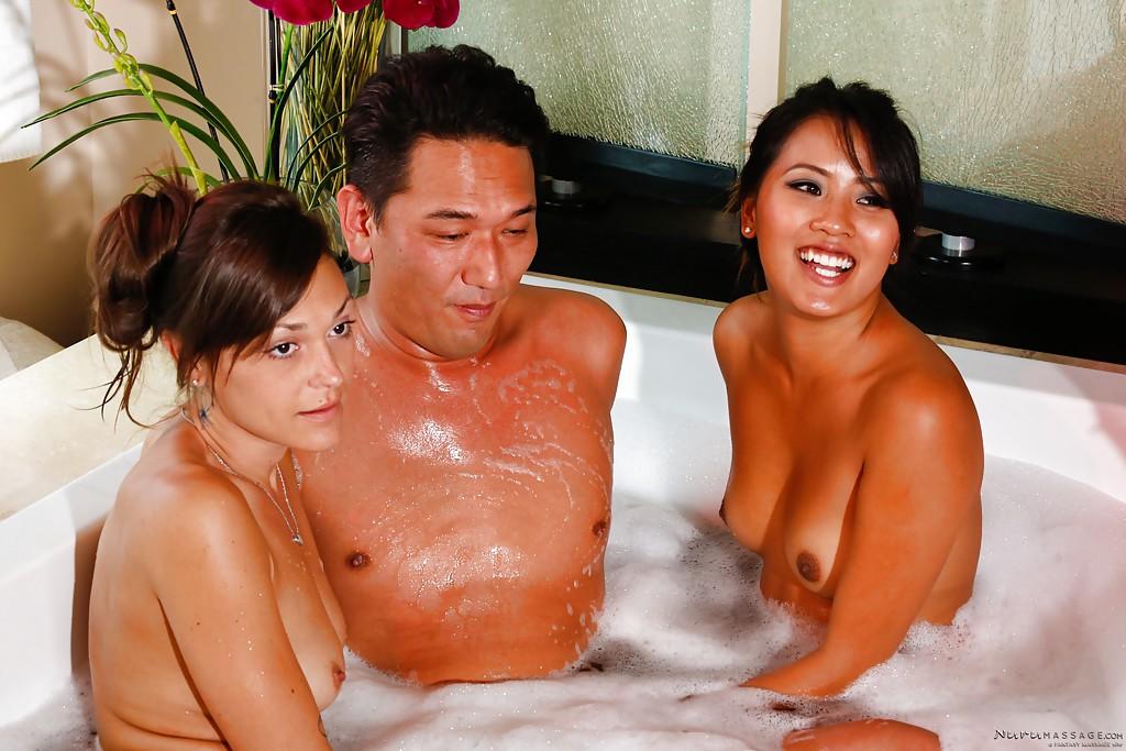 Красоточка под струями душа развлекается с азиатской семейной парой секс фото