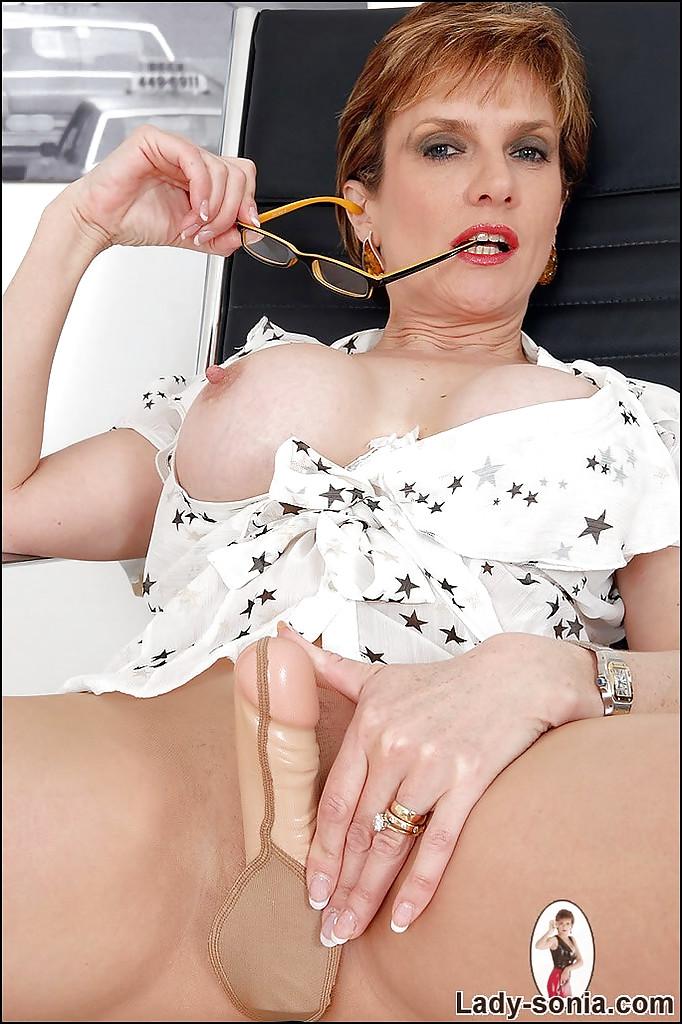 Тетка в очках засунула дилдо к себе в колготки секс фото