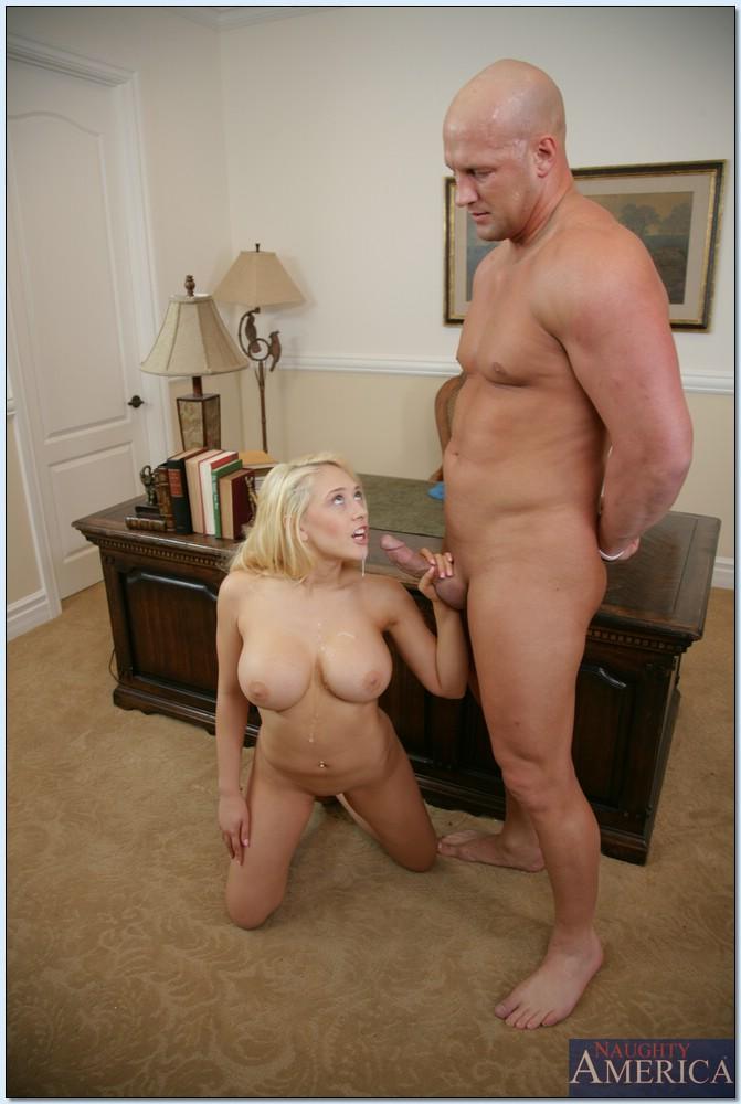 Любовник порет светлую модель с большими дойками в своем кабинете