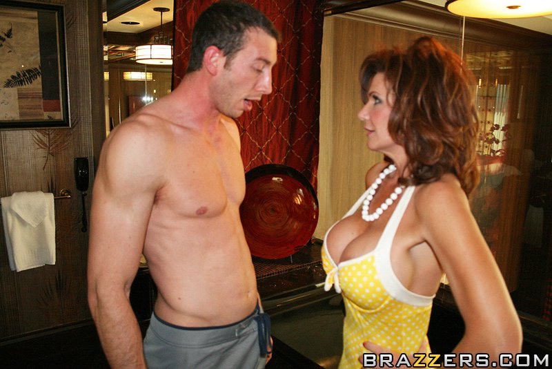 В номерах пацан порет в задницу взрослую девку с громадными искусственными грудями