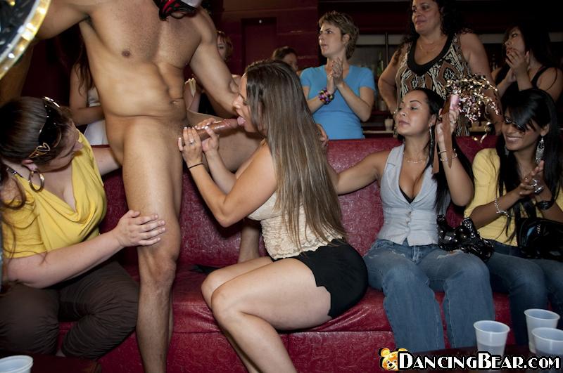 На вечеринке юноша в маске дает девушка на рот