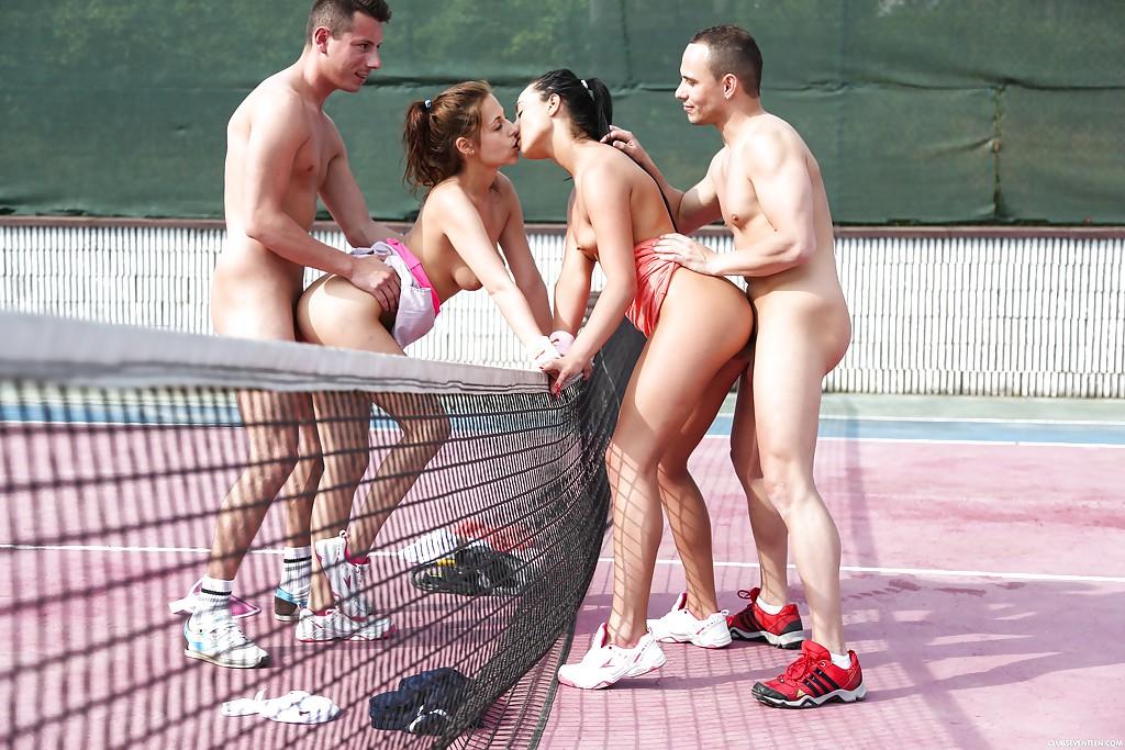 Спортсменки занимаются сексом с чуваками на теннисном корте