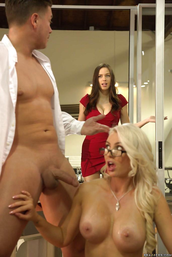 Мужик жарит блондинистую секретаршу на ее рабочем месте