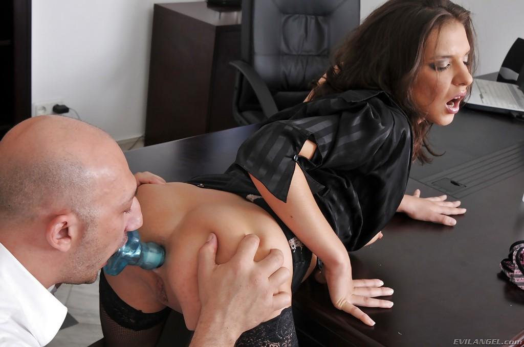 Лысый начальник в кабинете шпилит в очко секретаршу в чулках