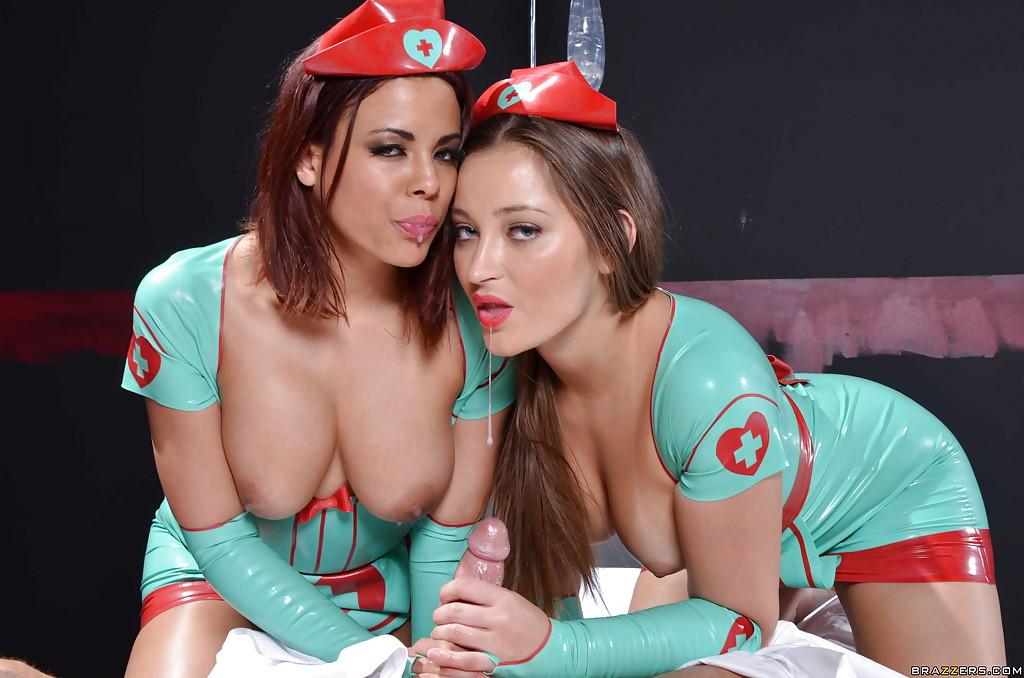 Медсестрички в униформе из латекса сношаются с лысым пациентом в палате