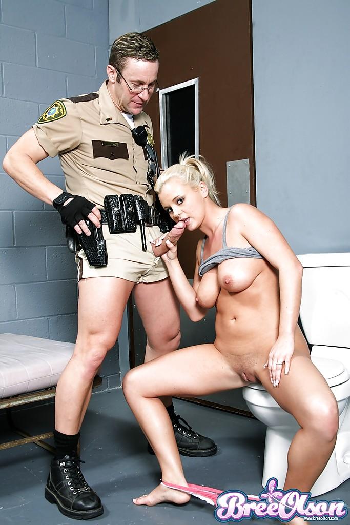 Тюремный надзиратель дает в рот заключенной прямо в ее камере