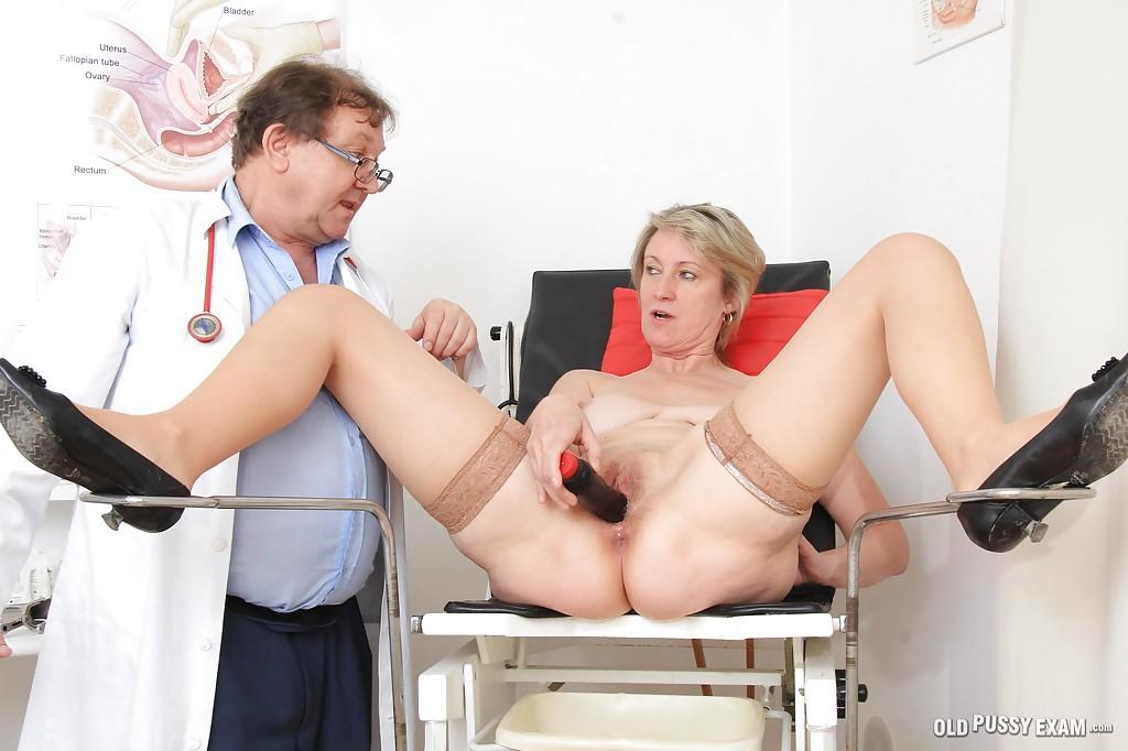 Старушка трахает вагину вибратором на приеме у гинеколога секс фото