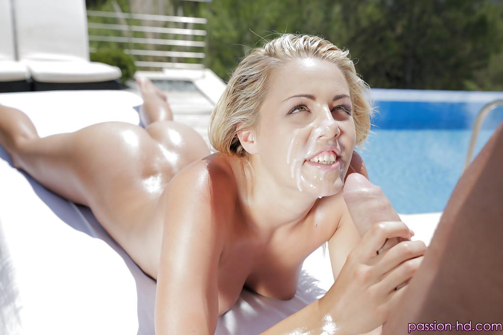 Хмырь около бассейна проникает твердым кренделем в стриженную пилотку блондиночки