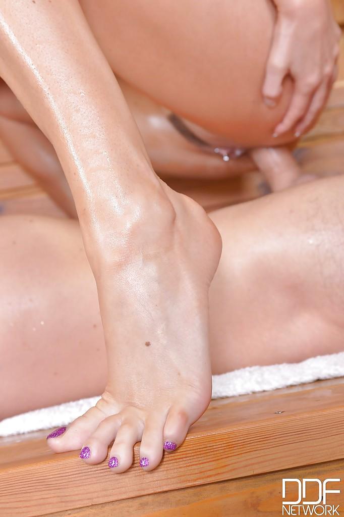 Брюнетка в красном бикини в бане дрочит чуваку ногами