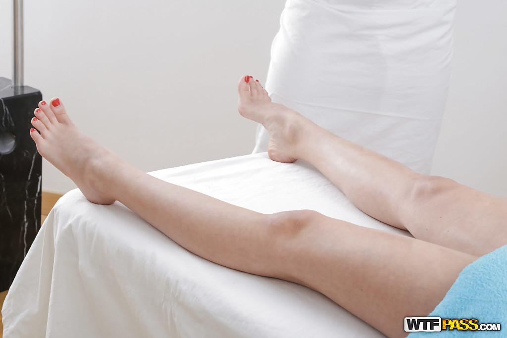 Массажист трогает узкую киску голой клиентки лежащей на кушетке