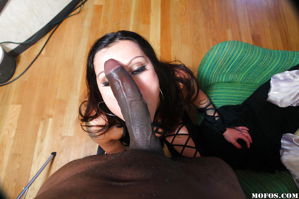 В номерах афроамериканец ебет огромным пенисом деваху в тёмном белье