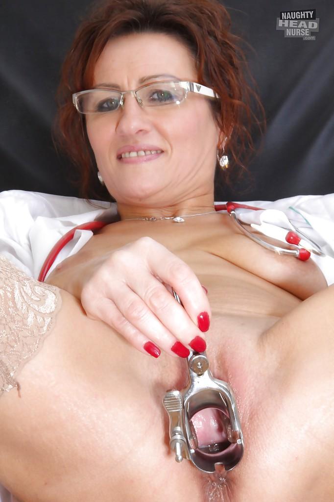 Зрелая медсестра теребонькает вагину сидя в гинекологическом кресле