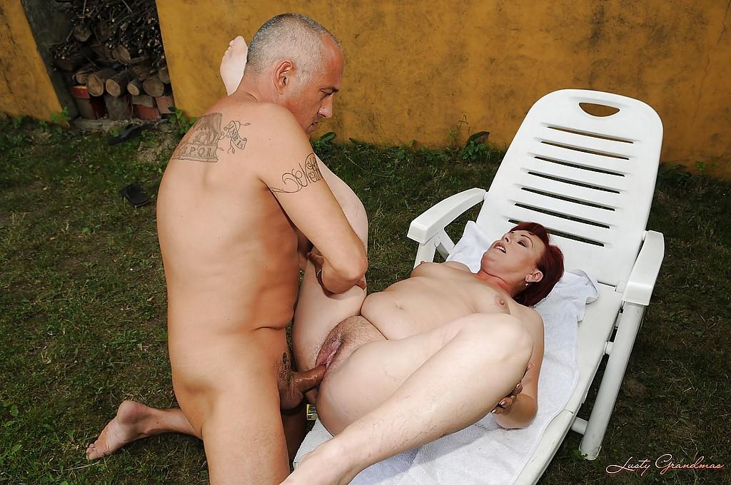 Старик дрочит мохнатку рыженькой бабки лежащей на шезлонге