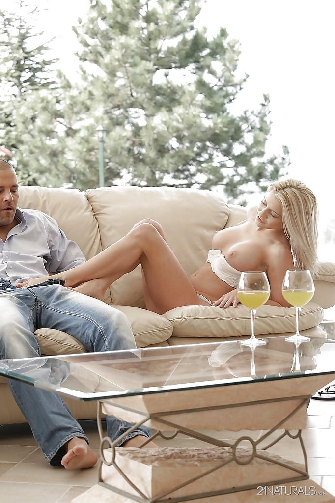 Sienna Day на диване ногами дрочит писюн соседу