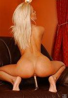 Блонда с красными ногтями засунула в нежную киску сразу два самотыка 3 фотография
