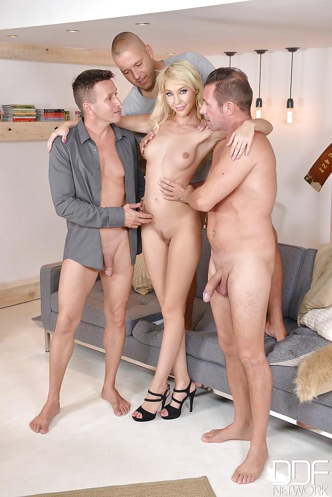 Три факера трахают няшку с светло-синими глазами одновременно во все дырки секс фото