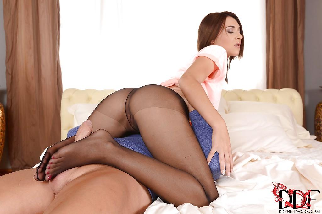 Европейка в рваных колготах насадилась на хер после дрочки ногами