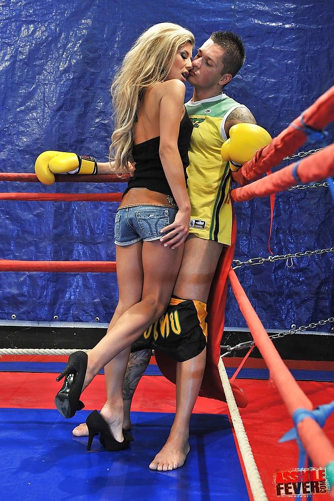 Два боксера на ринге трахают давалку в анал и ротик одновременно