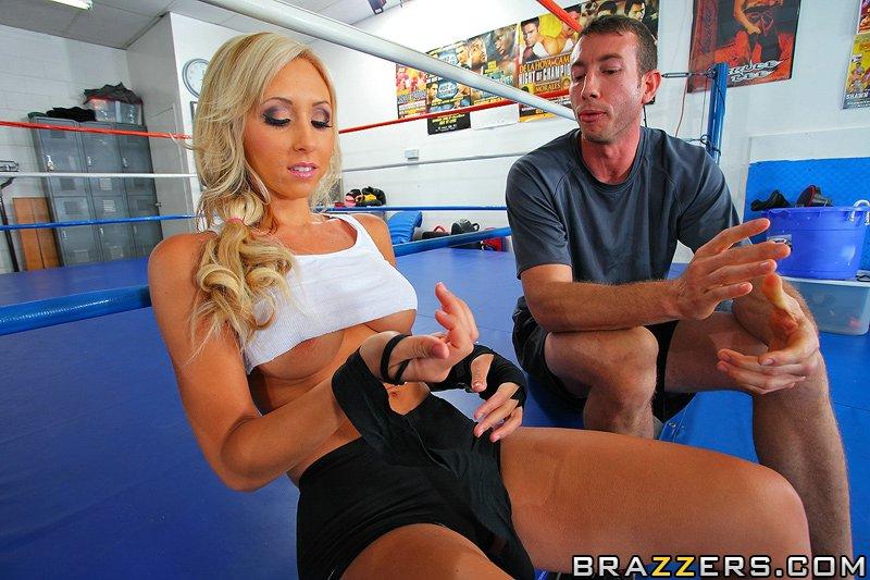 Боксерша с большими титьками трахается с товарищем возле ринга