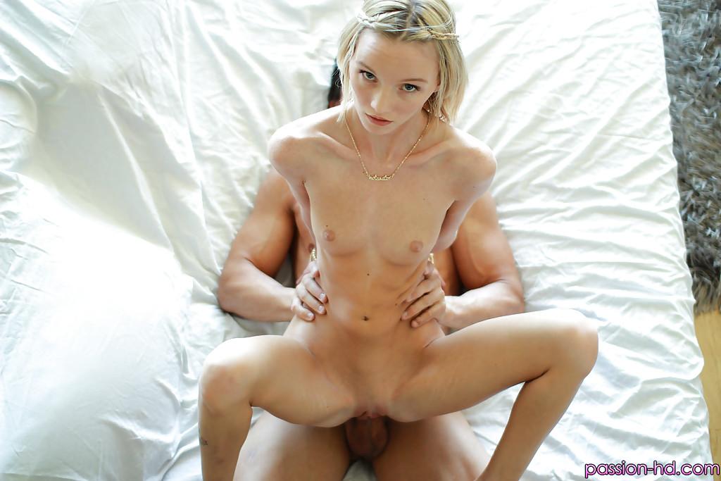 Молоденькая блондинка получила на себя много спермы после полового акта