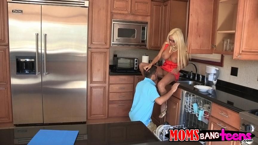 Парень трахает сексуальных блондинок с большими буферами на кухне
