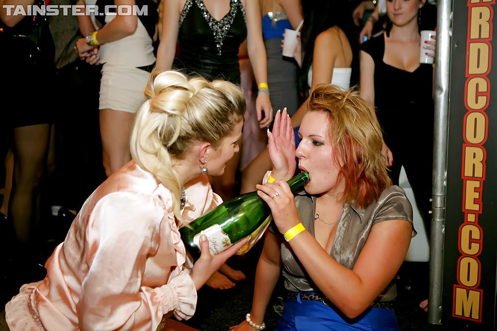 Пьяные грешницы на девичнике начали заниматься пошлостями