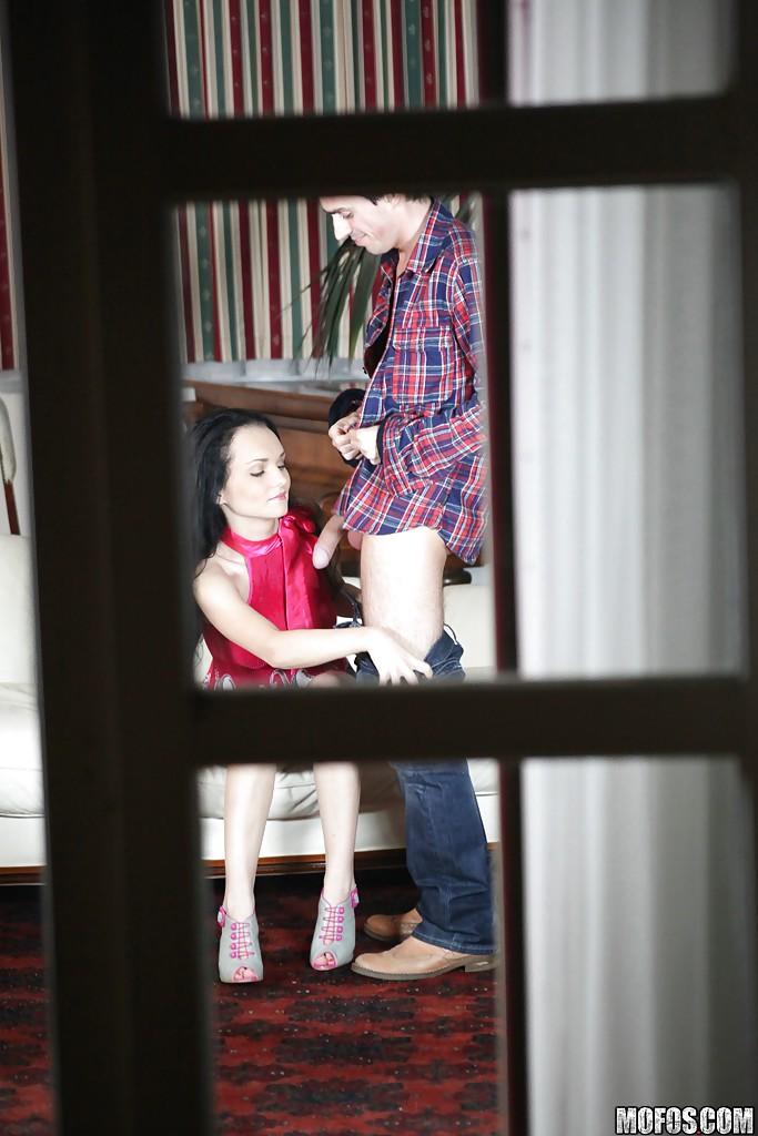 Кавалер из-за окна снимает оральный секс брюнеточки и ее парня