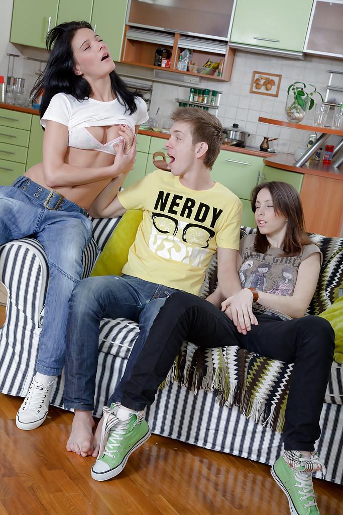 Мужик трахает пару юных милашек в разнообразные щёлки на кушетке