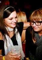 На вечеринке пьяные девушки начали развратничать с парнями 3 фотография