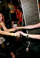 На вечеринке пьяные девушки начали развратничать с парнями 8 фотография