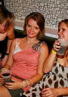 На вечеринке пьяные девушки начали развратничать с парнями 9 фотография