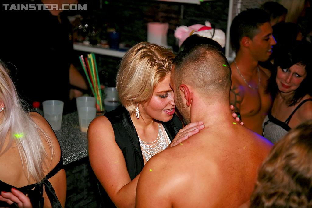 Пьяные Телки На Вечеринке Оголяют Сиськи Ложась На Стол Порно И Секс Фото С Пьяными
