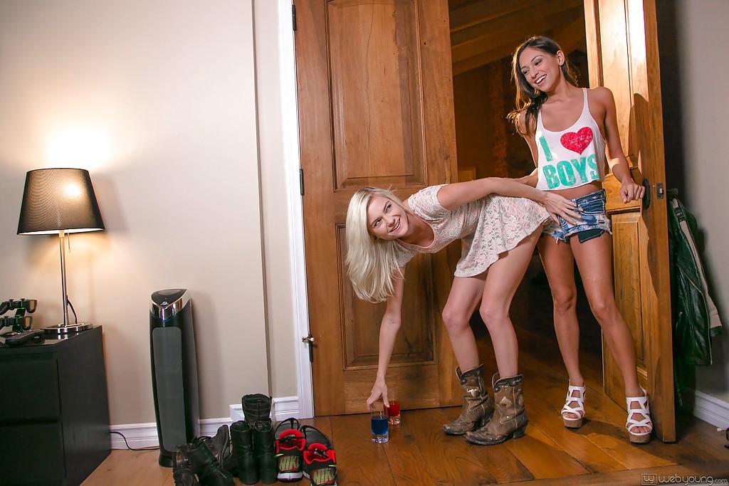 Девятнадцатилетние бабы играются в спальне после выпитого коктейля секс фото