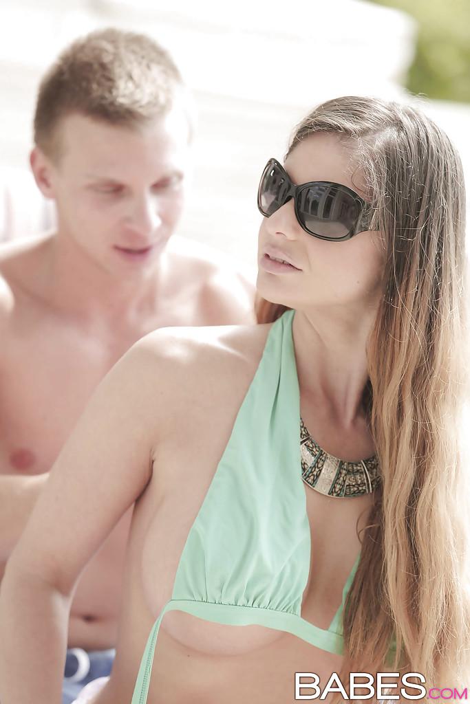 Cathy Heaven в купальнике отсасыват сидящему на шезлонге юноше