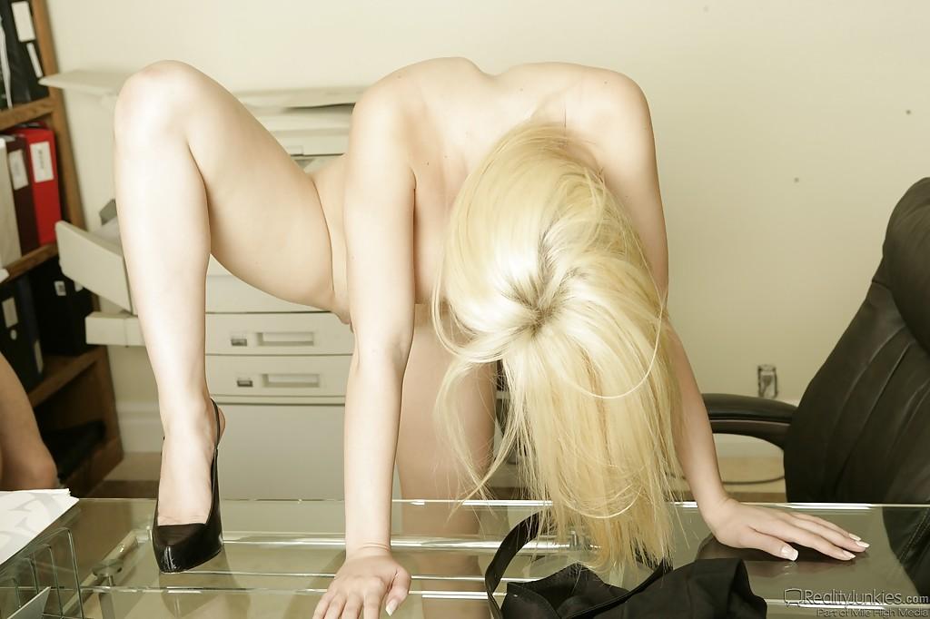 Грудастая блондиночка в кабинете порется в кабинете смотреть эротику