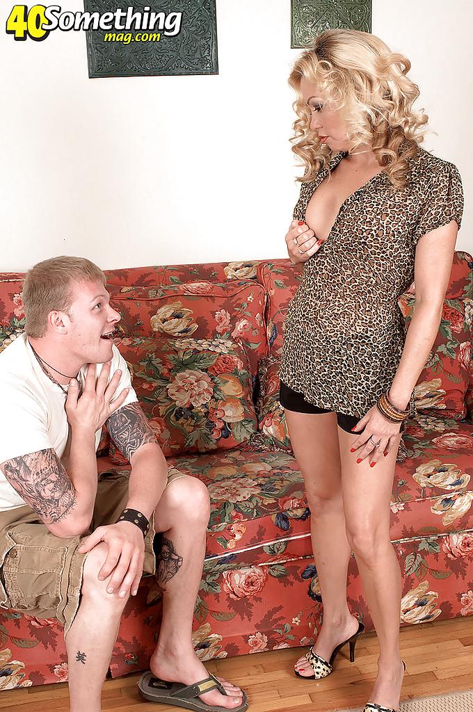 Возрастная блондинка шалит с молодым парнем дома