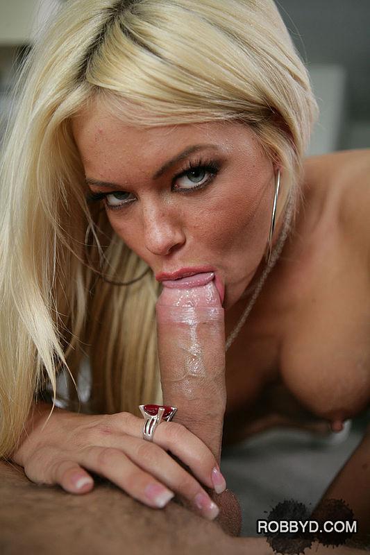 Жгучая блондинка удовлетворила сексуальные потребности любовника у него дома