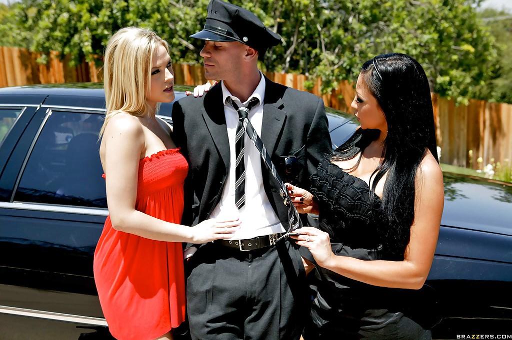 Две раздетые бестии ебутся с водителем богатого соседа в койке смотреть эротику