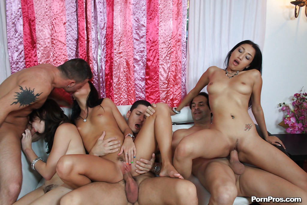 Во время групповухи три типа трахают в вагину троих блядей