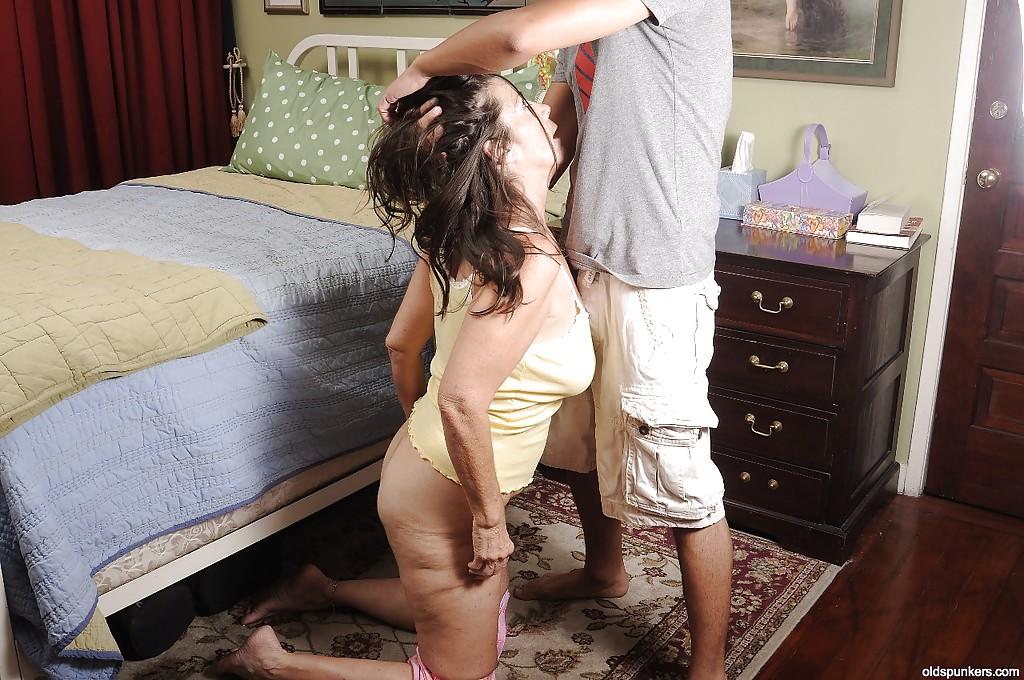 Пухлая бабка в спальне порется с сексапильным чуваком