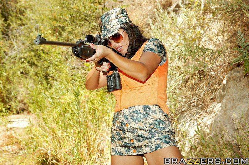 Крендель в лесу жарит немолодую охотницу с крупными дойками