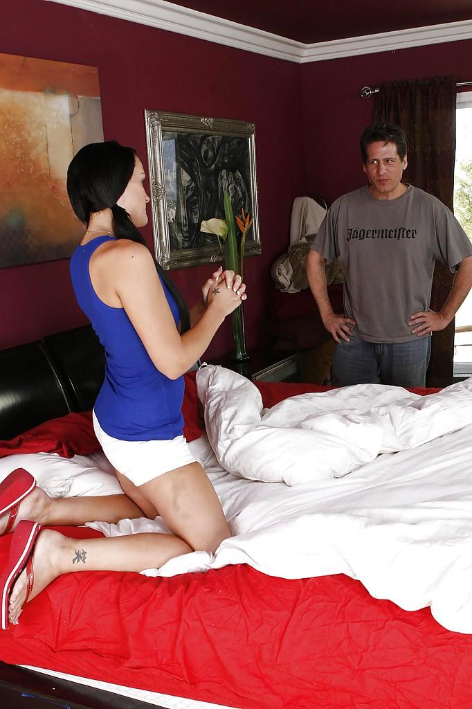 Стоя раком на кровати молодая брюнетка трахается со взрослым мужчиной